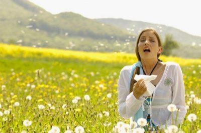 Поле с одуванчиками и женщина с аллергией