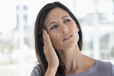 У женщины болит и звенит ухо