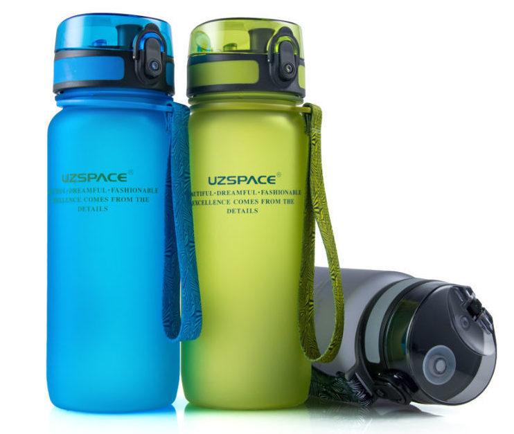 Бутылки для воды Uzspace_настоящая забота о природе - три бутылки на белом фоне