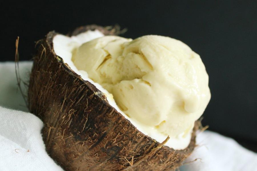 Кокосовое мороженое-подача в кокосе.
