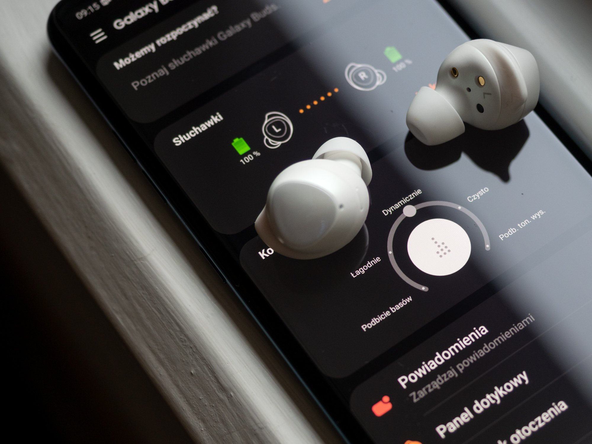 Топ-5 беспроводных наушников, о котоорых мечтает каждый - наушники samsung со смартфоном