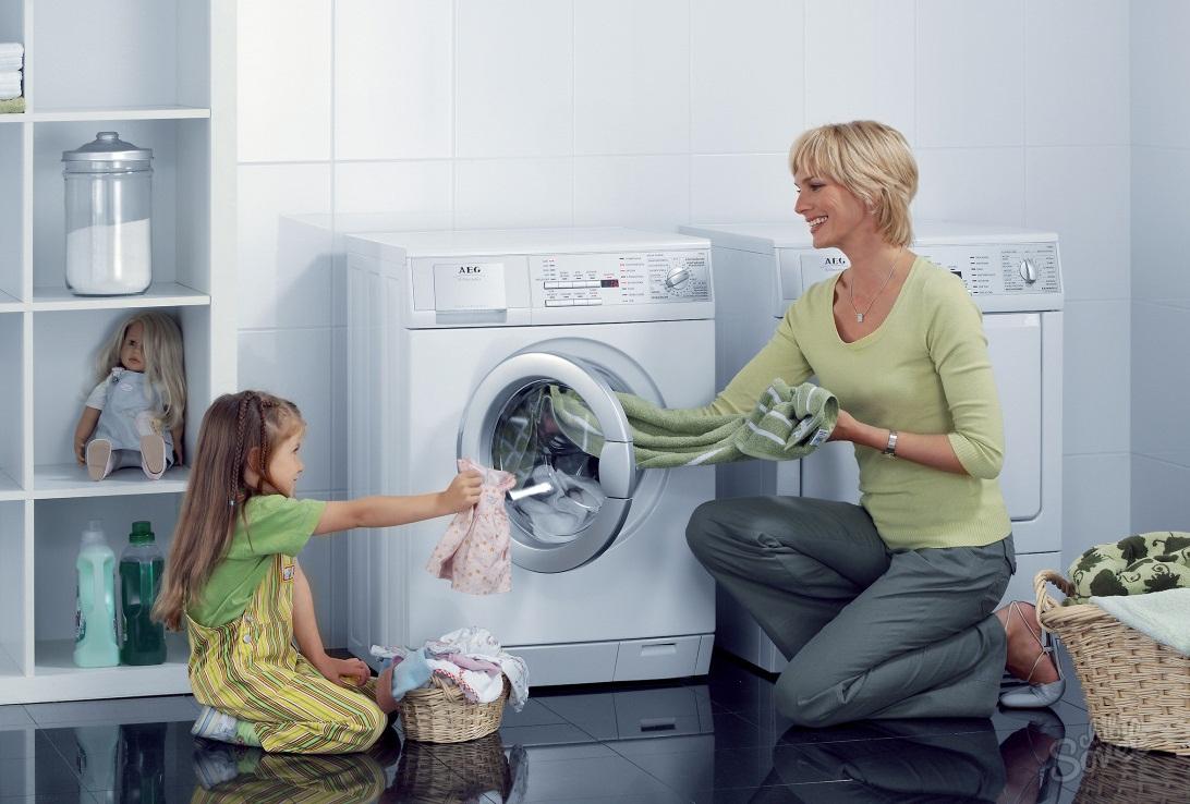 Выбираем стиральную машину до 10 000 - мама с дочкой возле стиральной машины