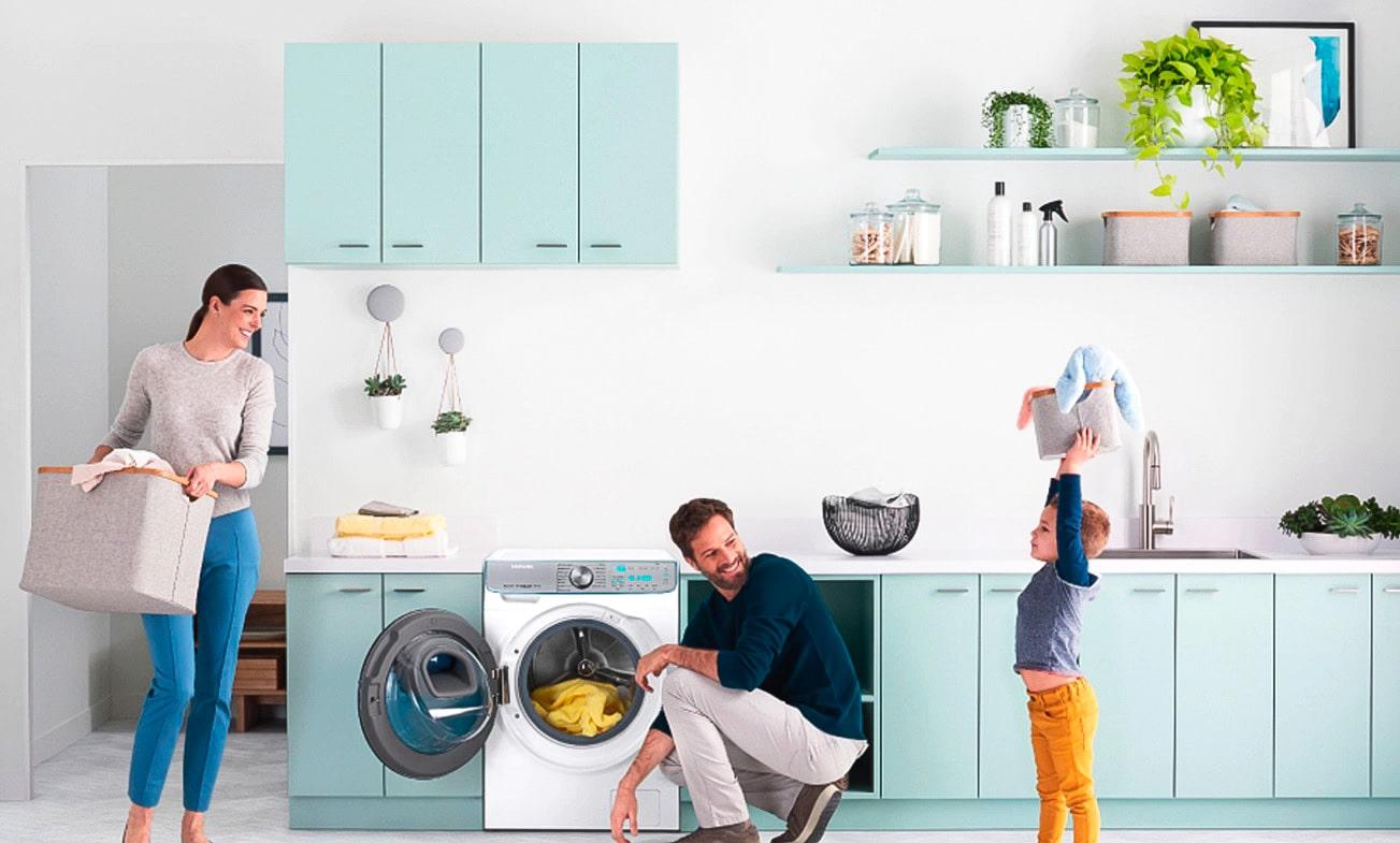 Выбираем стиральную машину до 10 000 - семья возле стиральной машины