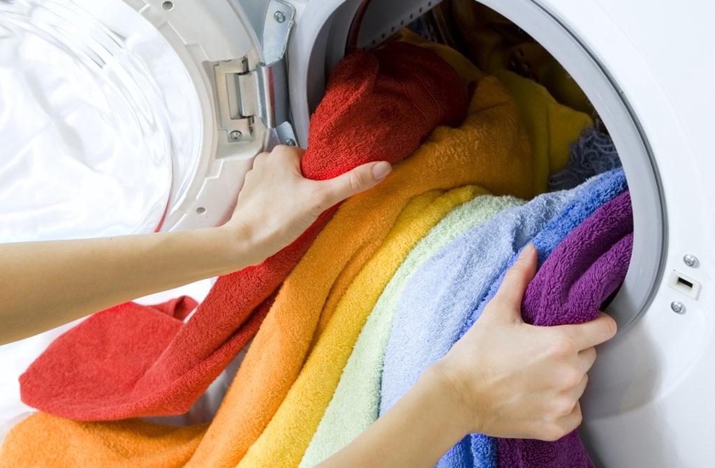 загружаем барабан стиральной машины