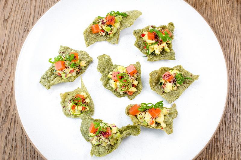 Чипсы-водоросли и гуакамоле-закуски