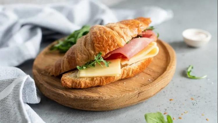 Французский сэндвич с круассаном-подача на доске