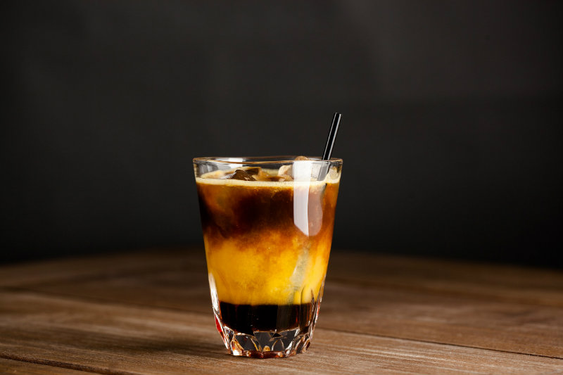 Холодный апельсиновый кофе-подача