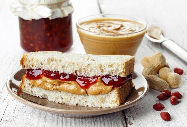 Сэндвич-с арахисовым маслом и джемом