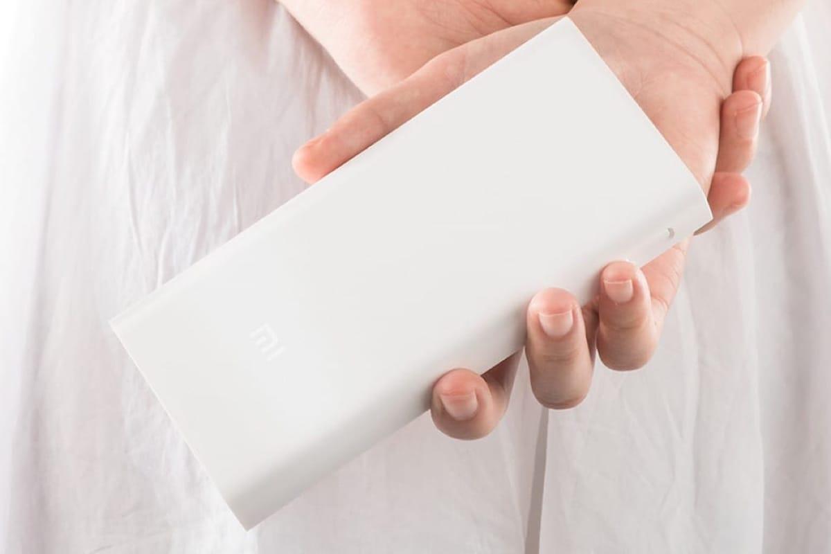 Топ-5 мобильных батарей от Comfy - батарея xiaomi 20000 в руке