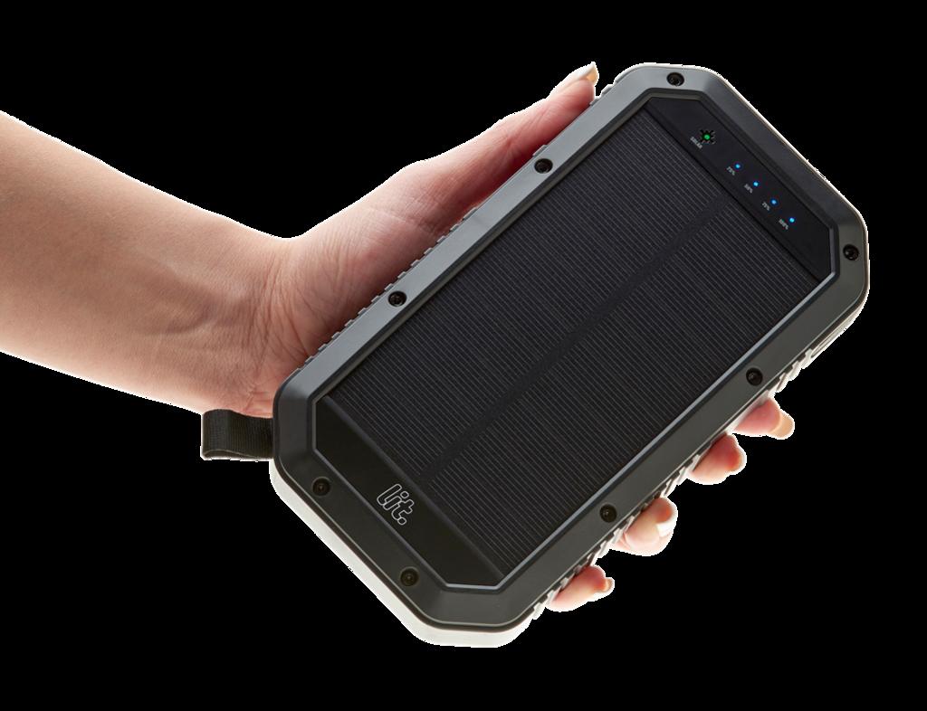 Топ-5 мобильных батарей от Comfy - мобильная батарея в руке