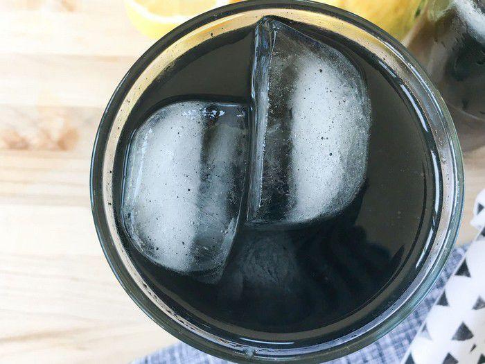 Черный детокс-лимонад-со льдом