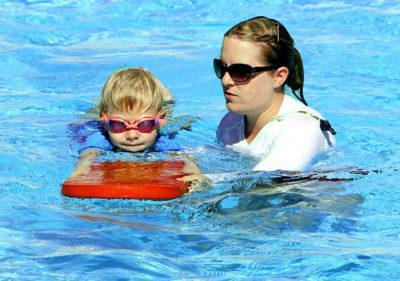 Научиться плавать: Тренировка ребенка