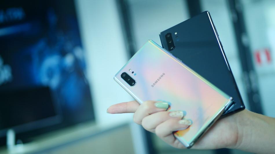 Samsung Galaxy Note 10-смартфон в руках