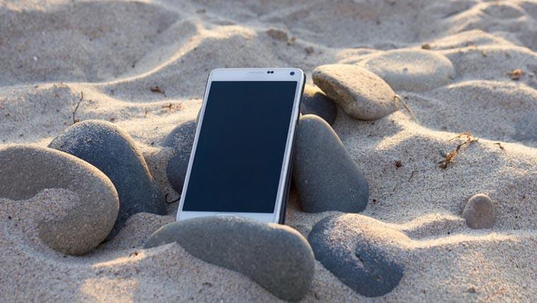 Смартфон в песке