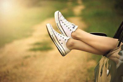 як прибрати жовтизну з білих кросівок