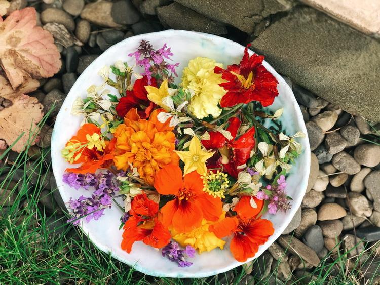 фото съедобные цветы-букет в тарелке