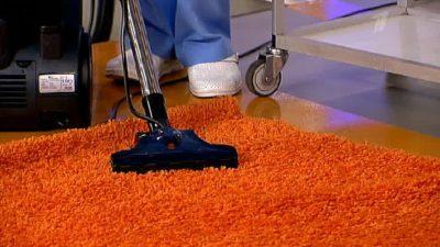 Турбощітка на яскравому килимі