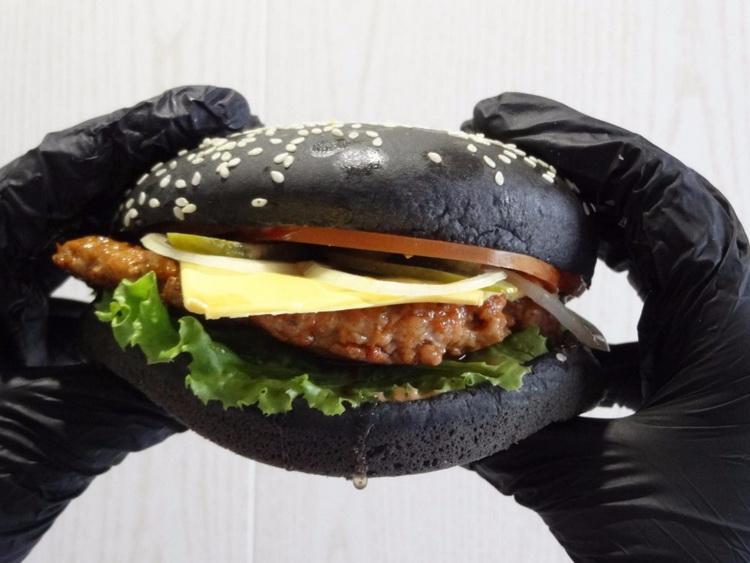 Черный бургер-подача