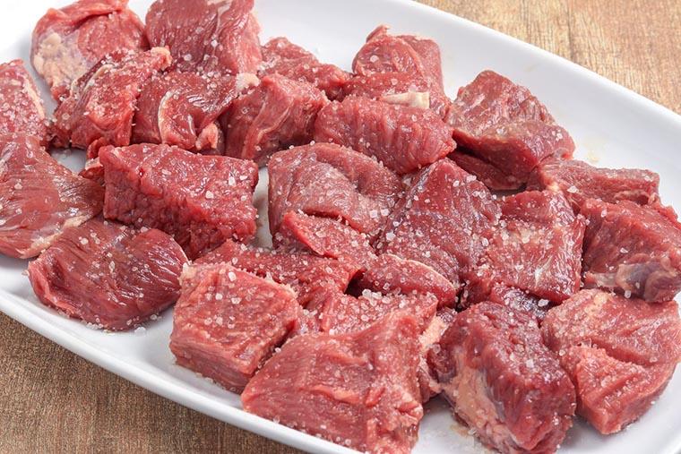 Мясо присыпать солью
