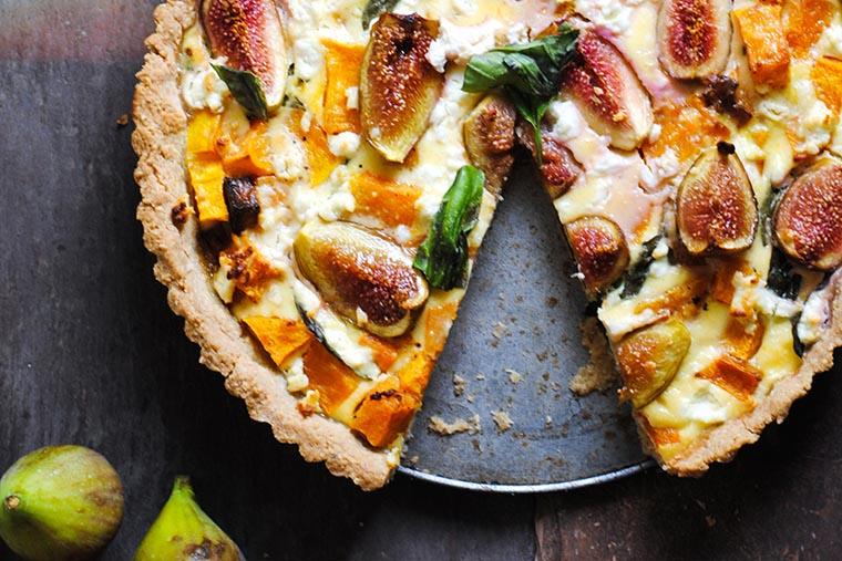 Открытый тыквенный пирог с козьим сыром