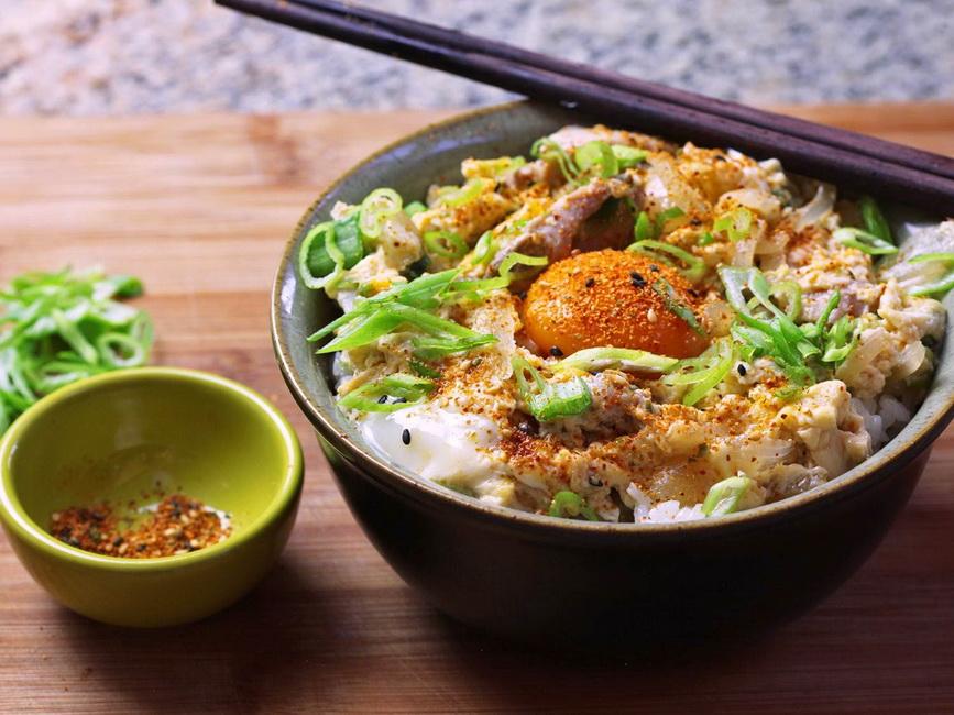 Oyakodon-подача с яйцом и зеленым луком