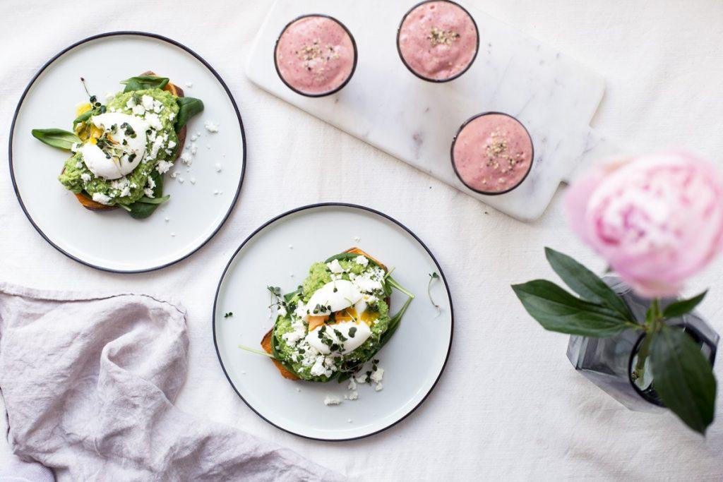 Тост с яйцом пашот-завтрак
