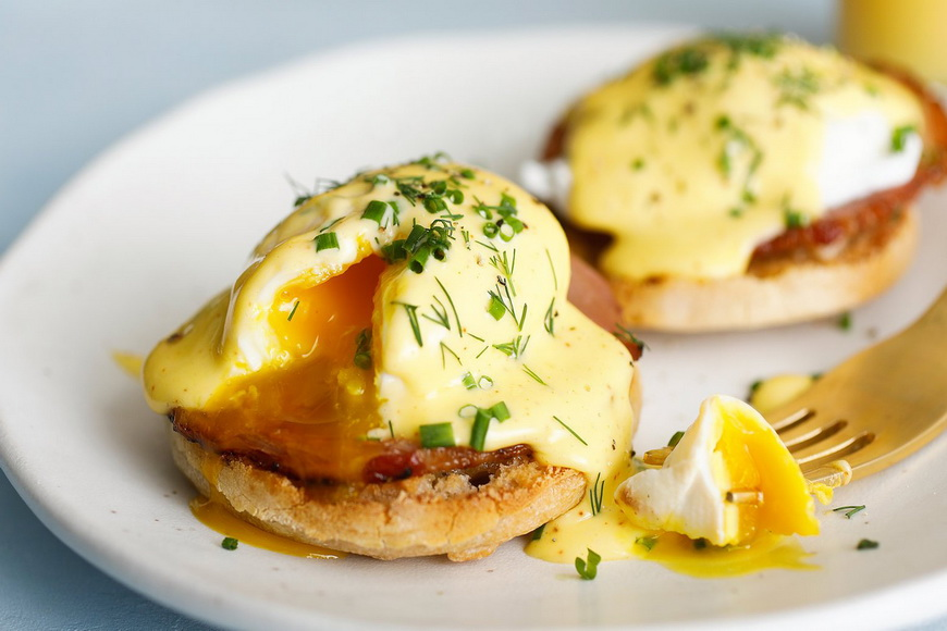 Яйца Бенедикт-подача