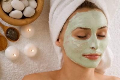 Глиняна маска на обличчі
