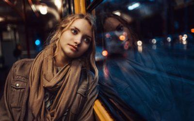 Дівчина на фоні вечірньої дороги