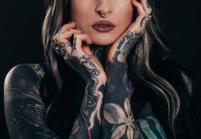 Дівчина з татуюванням