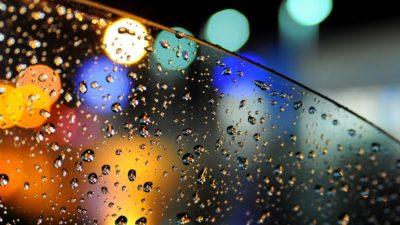 Скло в краплях дощу