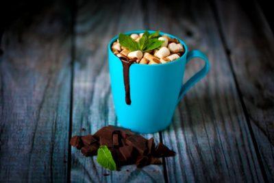 Гарячий шоколад у блакитній чашці