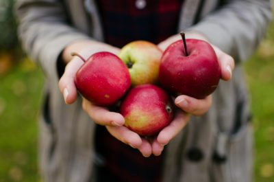 Свіжі яблука