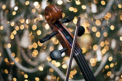 Скрипка і смичок на фоні
