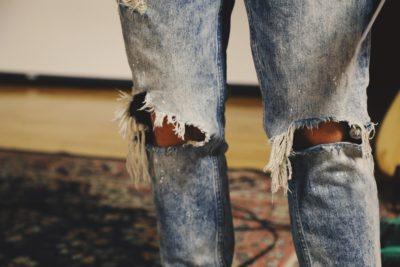 Дірки на колінах