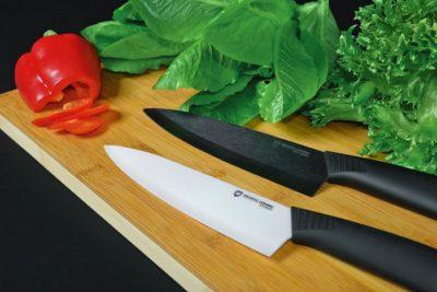 Чорний і білий керамічний ніж