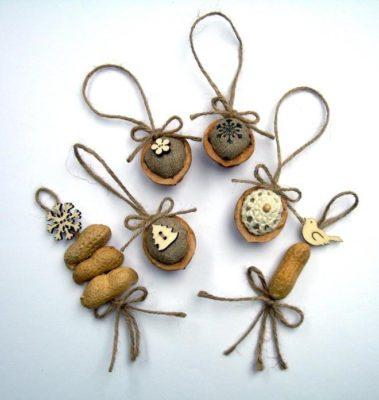 Ялинкові іграшки з арахісу та волоських горіхів