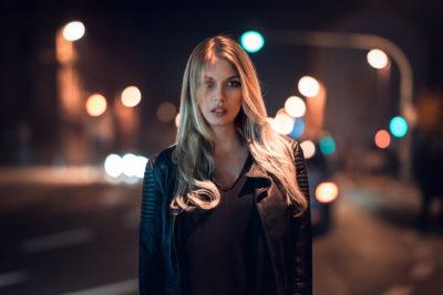 Фото дівчини на дорозі