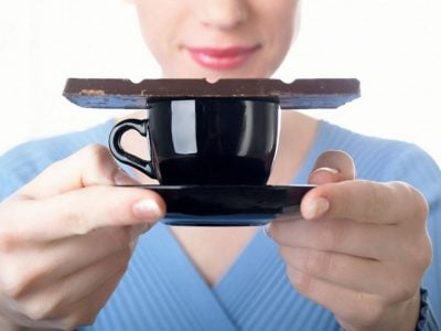 Плитка шоколаду на чашці