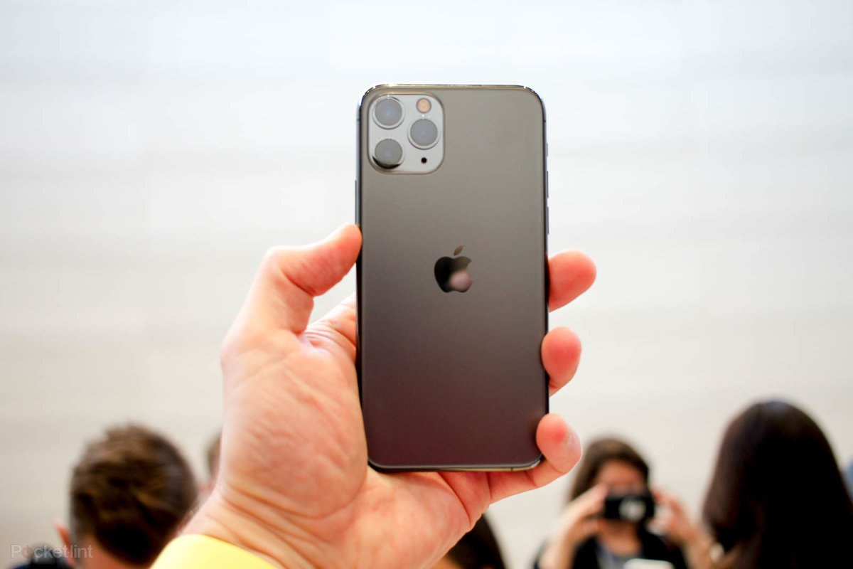 iPhone 11, iPhone XR и iPhone 8_какой из iphone выбрать - iPhone 11 Pro в руке
