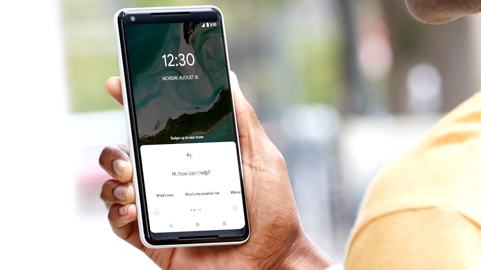 Google Assistant_что это и как он работает - смартфон с ассистентом в руке