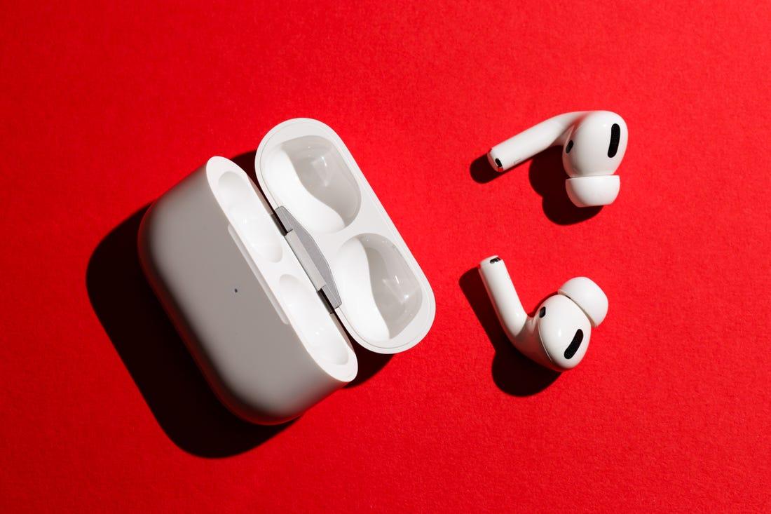 Обзор AirPods Pro_лучшие полностью беспроводные наушники от Apple - открытый кейс и наушники