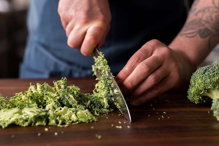 Порезать брокколи