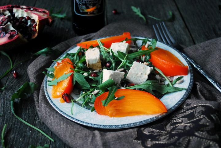 Салат с хурмой и фетой-подача