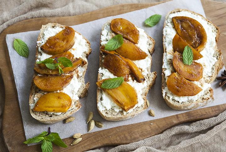 Тост-завтрак-с рикоттой и пряной хурмой