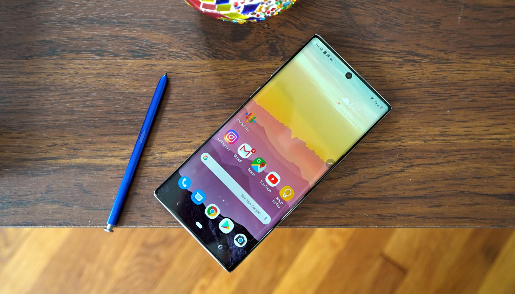 7 смартфонов флагманов 2019 года - galaxy Note 10 на столе
