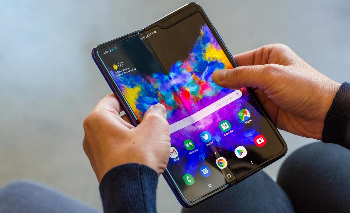 7 смартфонов флагманов 2019 года - galaxy fold в руках