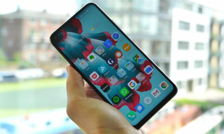 7 смартфонов флагманов 2019 года - honor 20 в руке