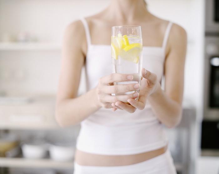 Что пить натощак-стакан воды с лимоном.