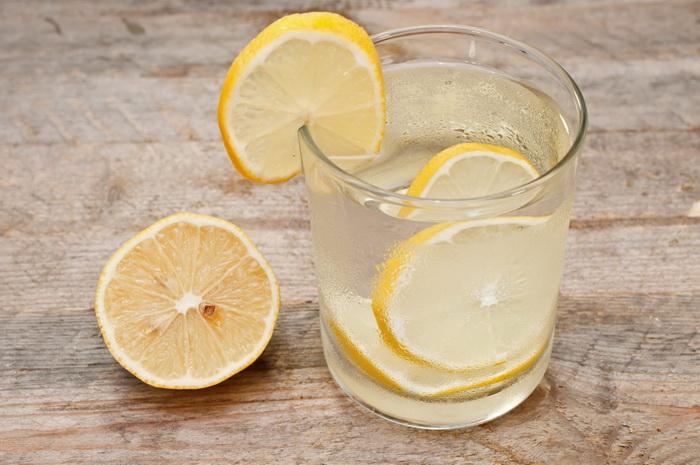 Что пить натощак-вода с лимоном